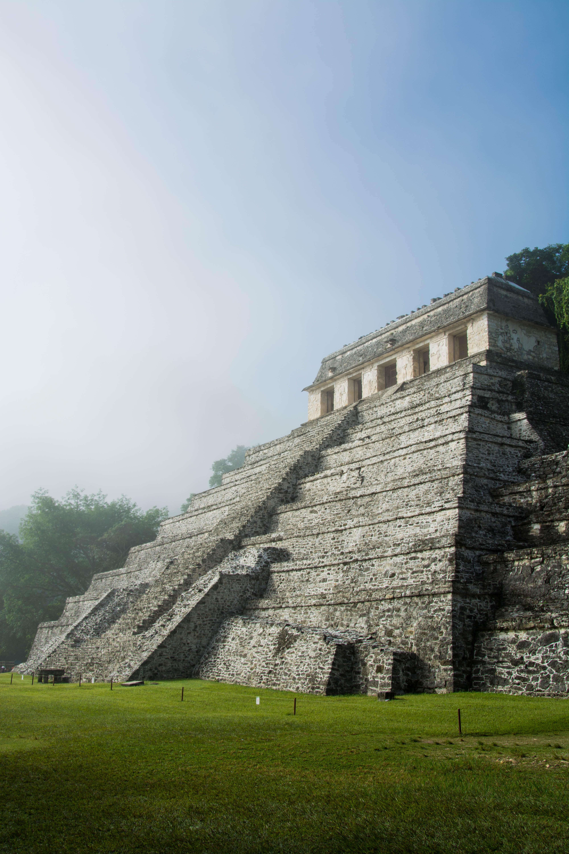 Pyramide im Nebel
