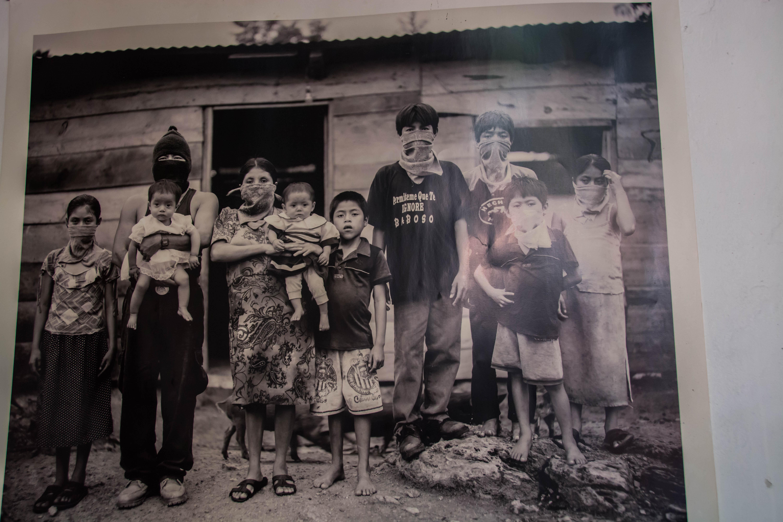 Foto einer Familie mit Sturmmasken