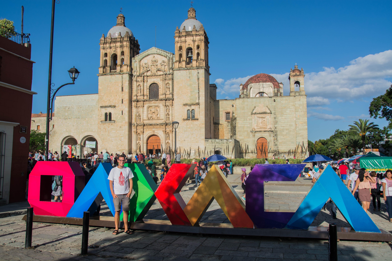 Kirche und Schriftzug der Stadt Oaxaca