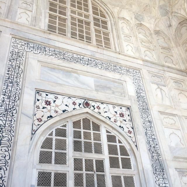 Der Marmor und die vielen Ornamente des wunderschönen Taj Mahal