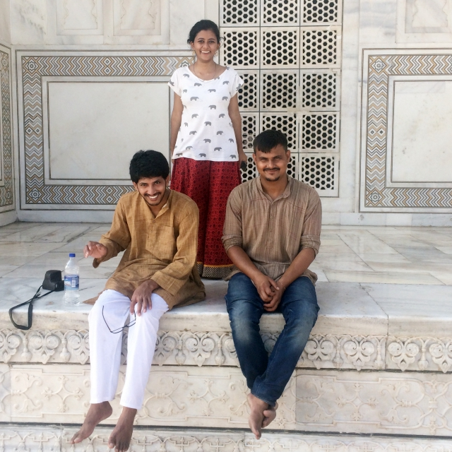 Meine Freunde Utksarh, Kanu und Arun vor dem Taj Mahal.