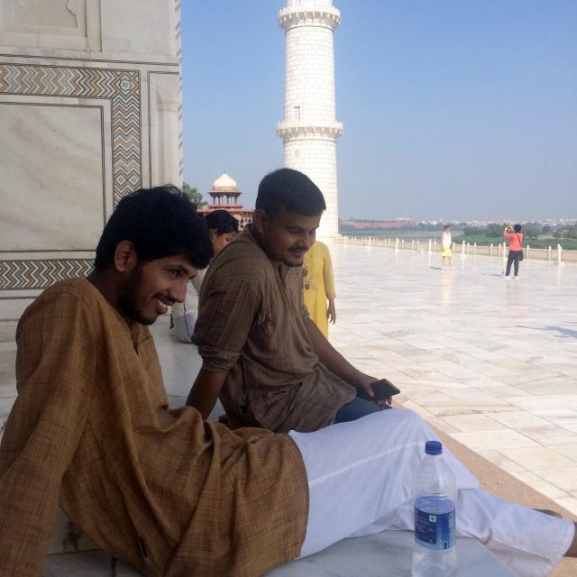 Verschnaufpause auf einem der Podeste des Taj Mahals