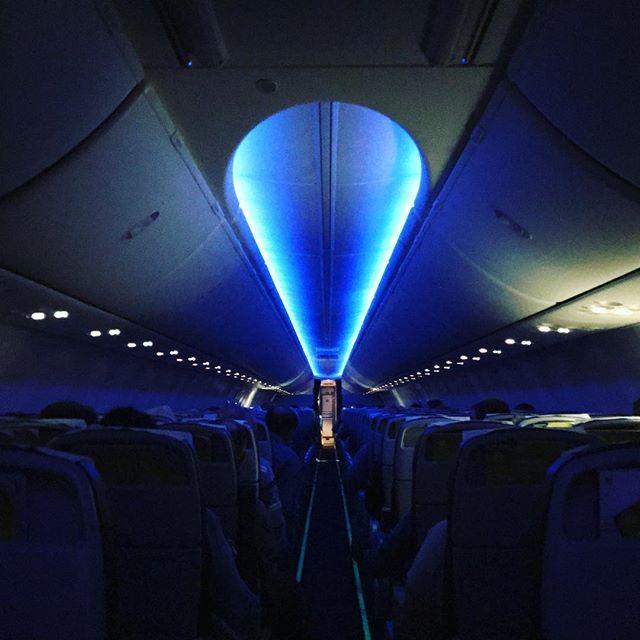 Das Innere eines Flugzeugs in der Nacht.