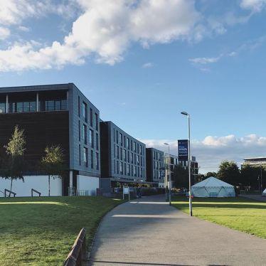 Gebäude auf einem Campus