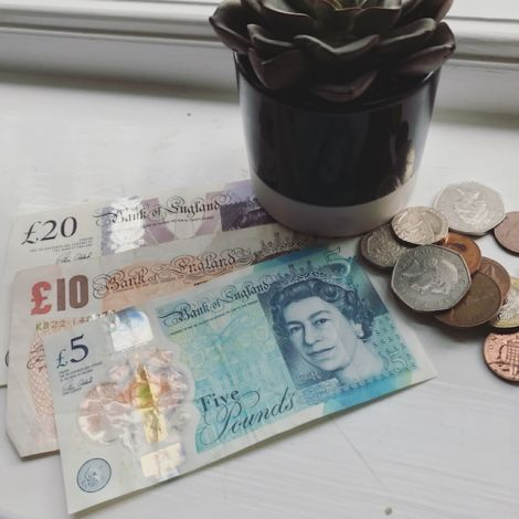 Britische Pfund Geldscheine mit ein wenig britischem Kleingeld