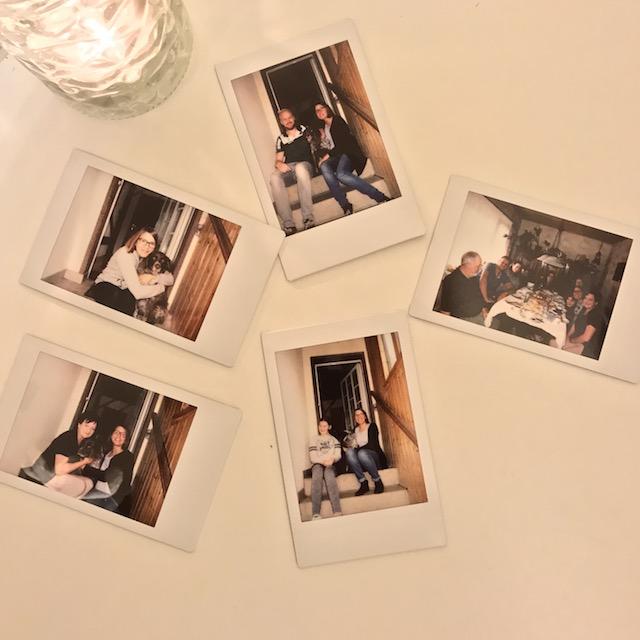 Ein paar Bilder auf einem Tisch mit der Familie und der Correspondentin drauf