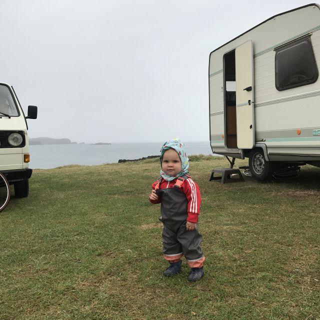Babys steht vor Küste