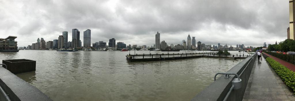 Panorama über Fluss mit Hochhäusern auf der anderen Seite