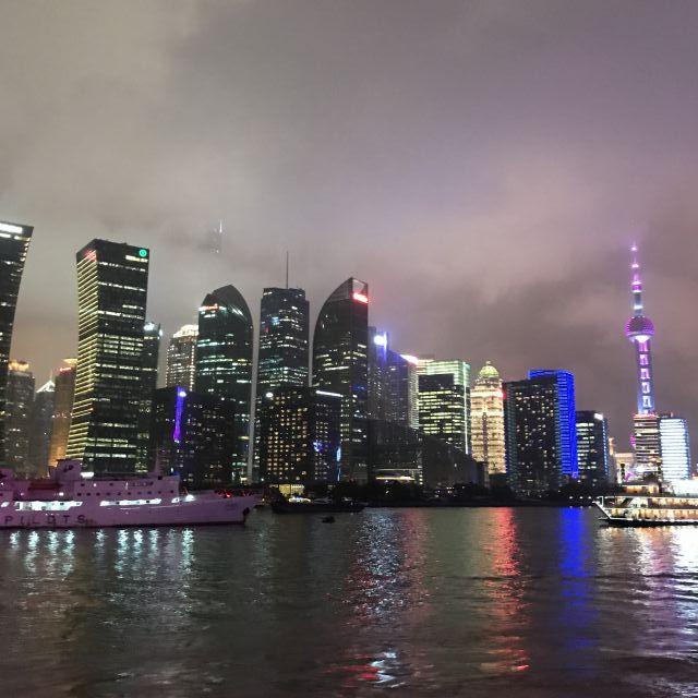 Leuchtende Skyline auf der Bootstour