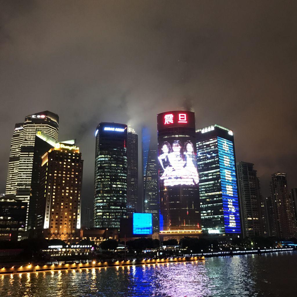 Leuchtende Skyline von Shanghai