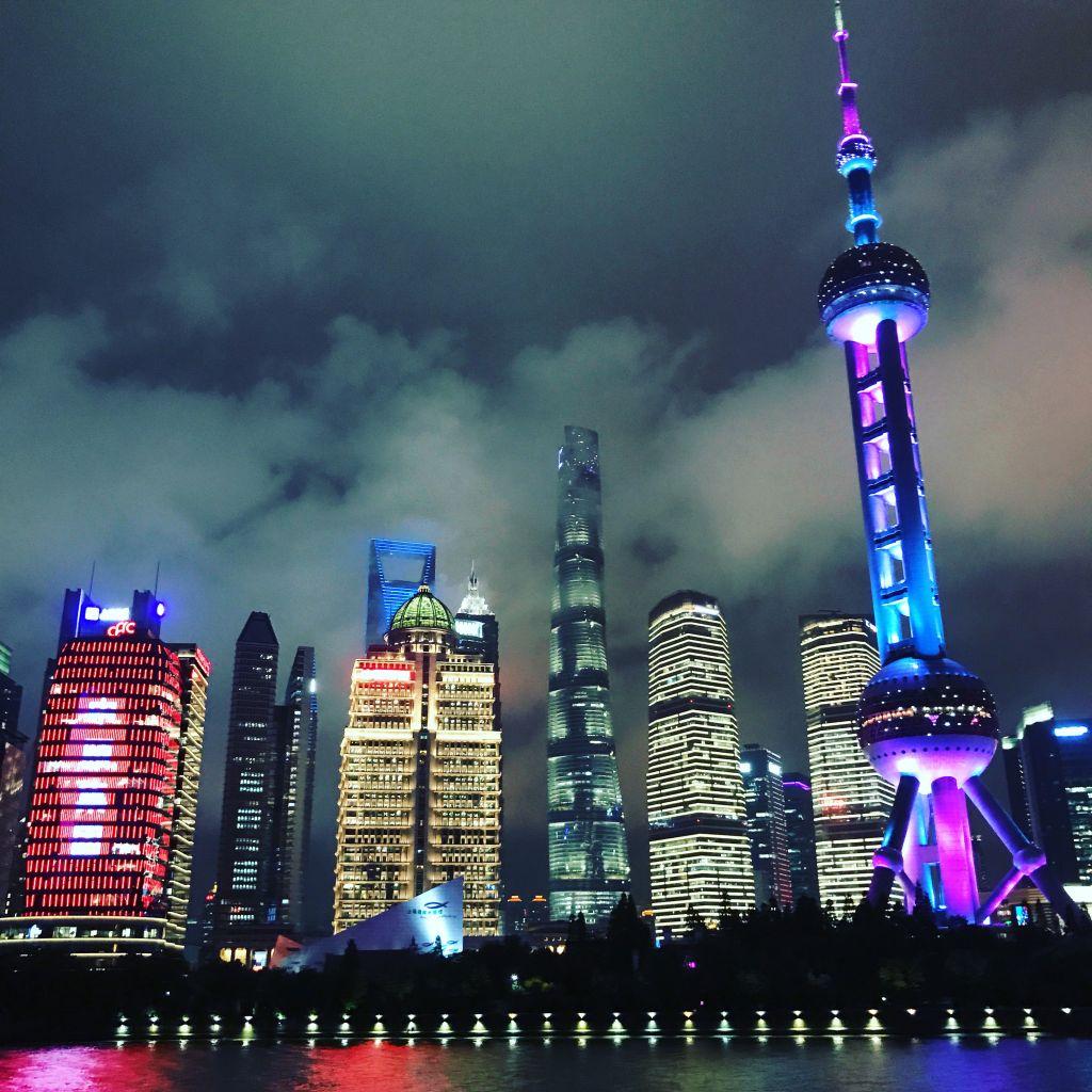 Die leuchtende Skyline von Shanghai Downtown