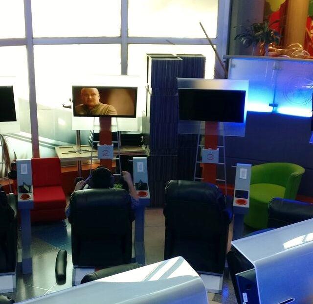 Sessel und Bildschirme