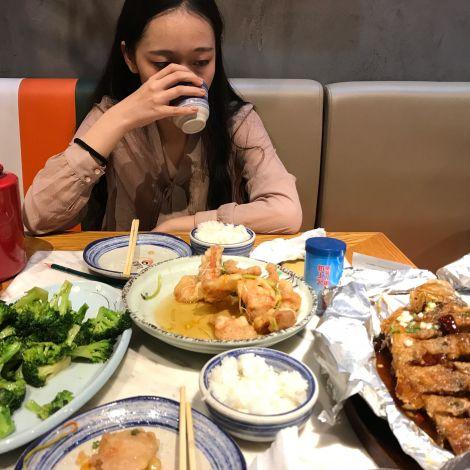 Doris zeigt mir das chinesische Essen
