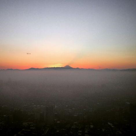 Sonnenuntergang über Tokio mit Fujiyama im Hintergrund