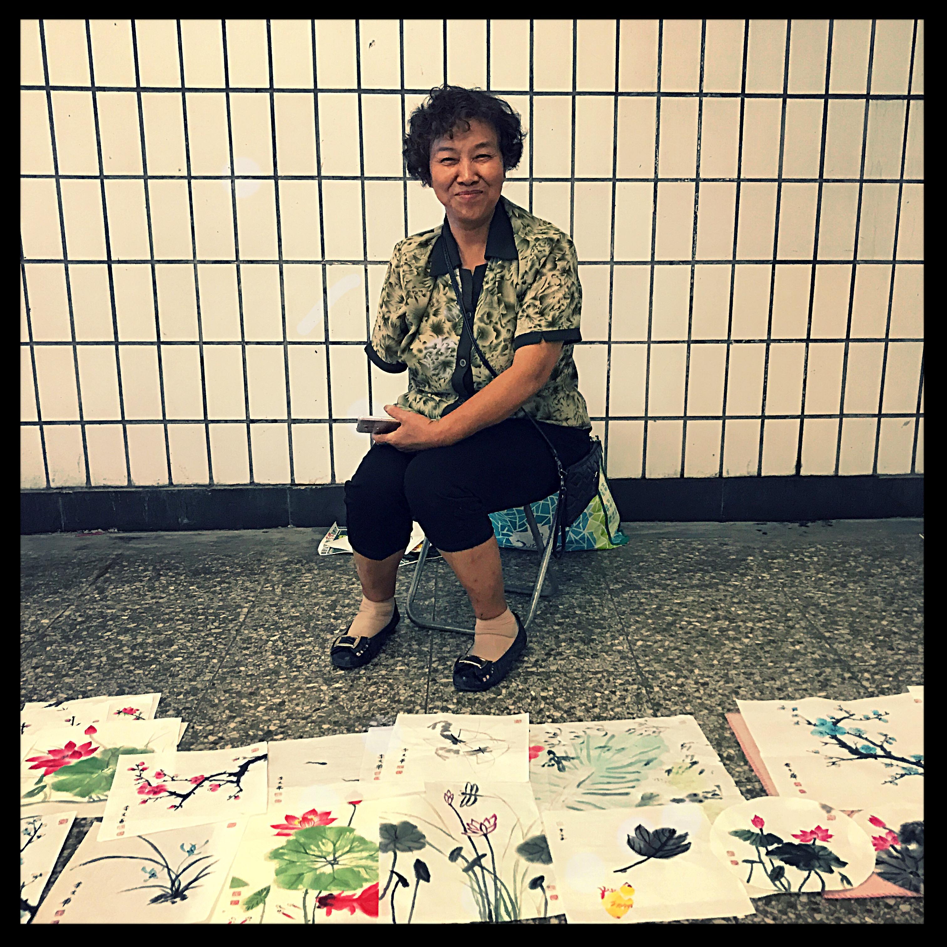 Frau Xiang vor ihren Bildern
