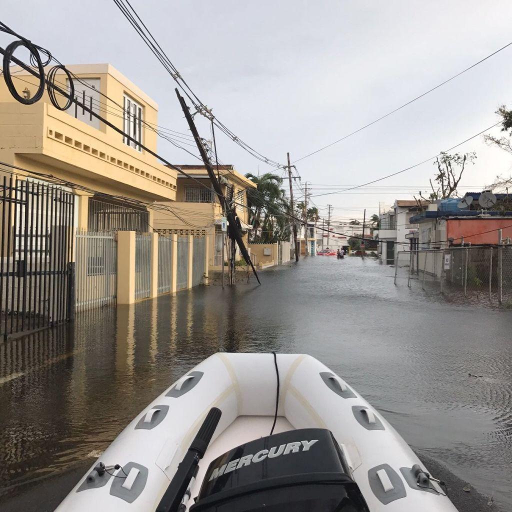 schwimmende Boot in den Straßen on San Juan