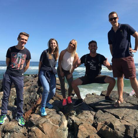 Freunde machen Ausflug zum Strand