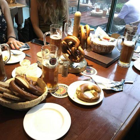 Bier und Brezelbaum auf dem Tisch