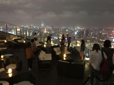 Dachterrasse vom der Flair Roof Top Bar mit ausblick über Shanghai