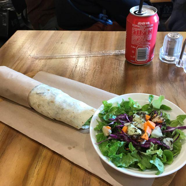 Eine Art Dürüm mit Salat