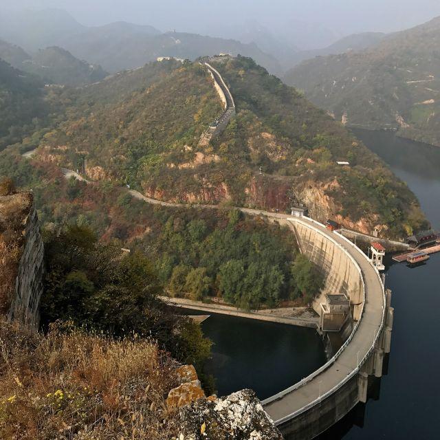 Stausee mit der Chinesischen Mauer im Hintergrund
