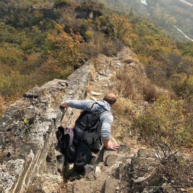 Julian beim vorsichtigen Abstieg auf der zerfallenen Mauer