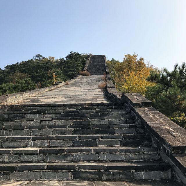 Eine steile Treppe der Mauer sieht aus wie eine Himmelsleiter