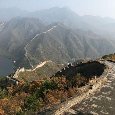 Restaurierter Teil der Mauer mit Blick über das Tal