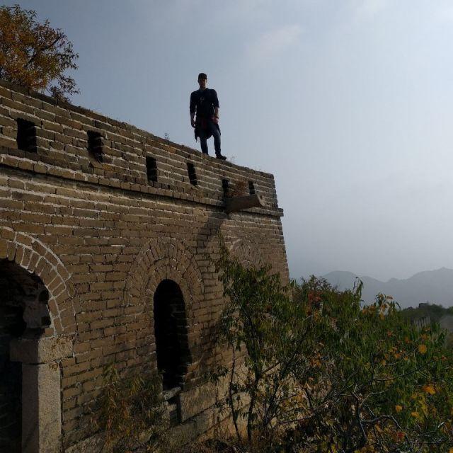 Ich nachdem ich auf einen Wachturm der Mauer geklettert bin