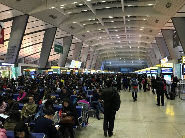 10 000 Reisende in der Wartehalle der Beijing South Station