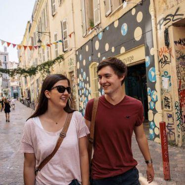 Simon und seine Freundin unterwegs in Marseiller Szeneviertel Cours Julien.