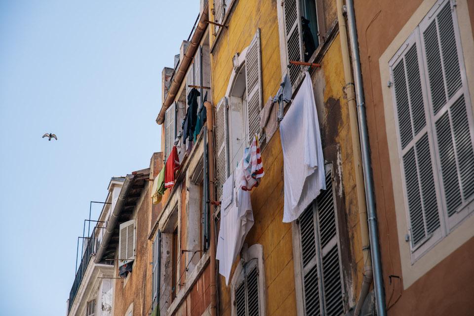 Wäsche hängt zum Trocknen an der Fassade.