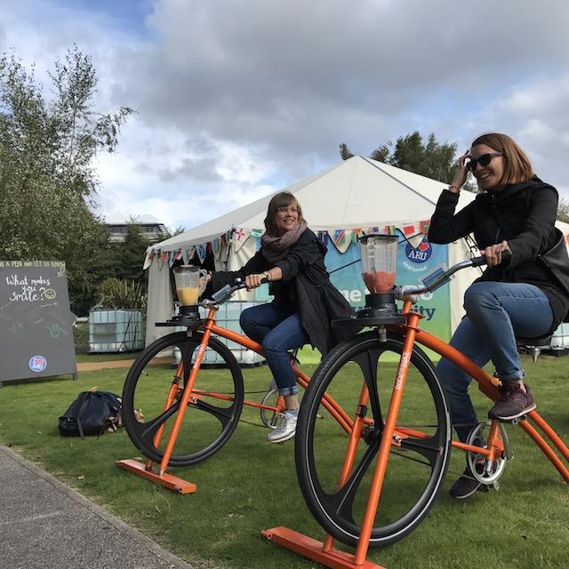 Zwei Mädchen auf zwei Rädern