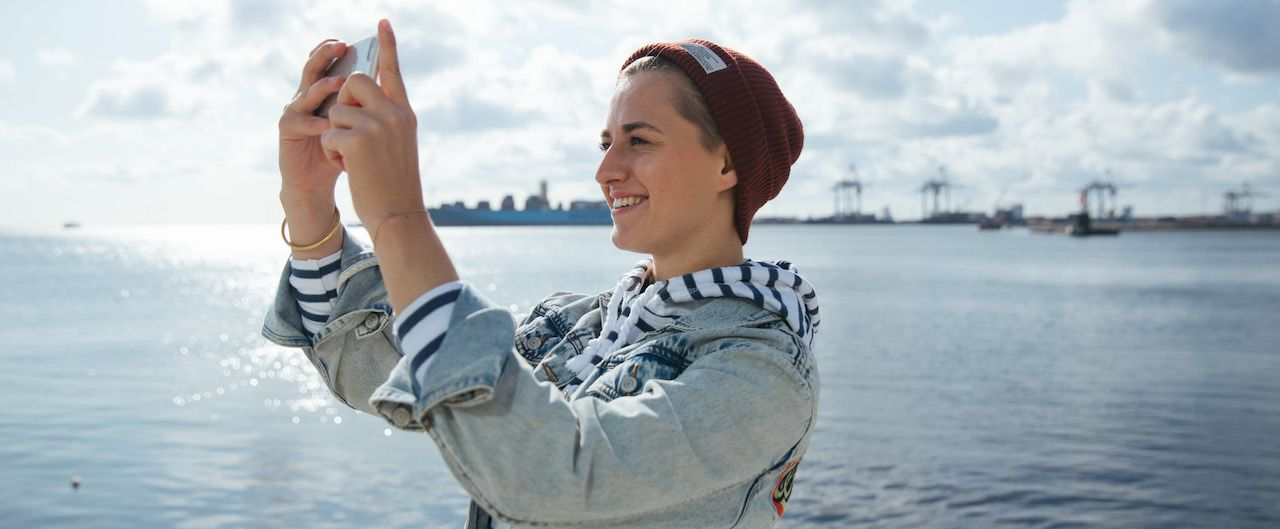 Studentin Hanna macht ein Selfie in Aarhus