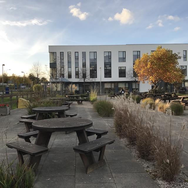 Sitzgruppe im Freien, Gebäude im Hintergrund
