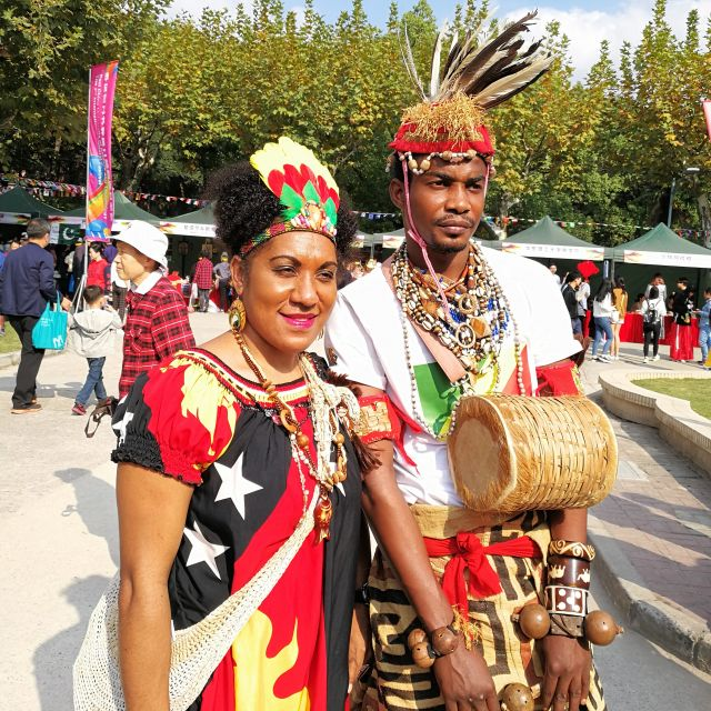 Traditionelle Kleidung aus Papua-Neuguinea mit Trommel