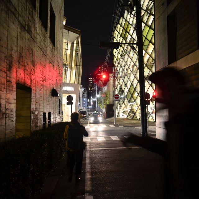 Bis tief in die Nacht sind wir immer durch die Straßen gezogen und haben uns Gebäude angeschaut. Dies war das Luxusgebäude Prada Aoyama von den Schweizer Architekten Herzog de Meuron.