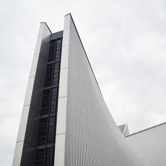 Die Kirche sieht leider auf den Fotos beeindruckender aus als sie in Wirklichkeit ist. Trotzdem sehenswert. Sie wurde vom Architekten Kenzo Tange entworfen.