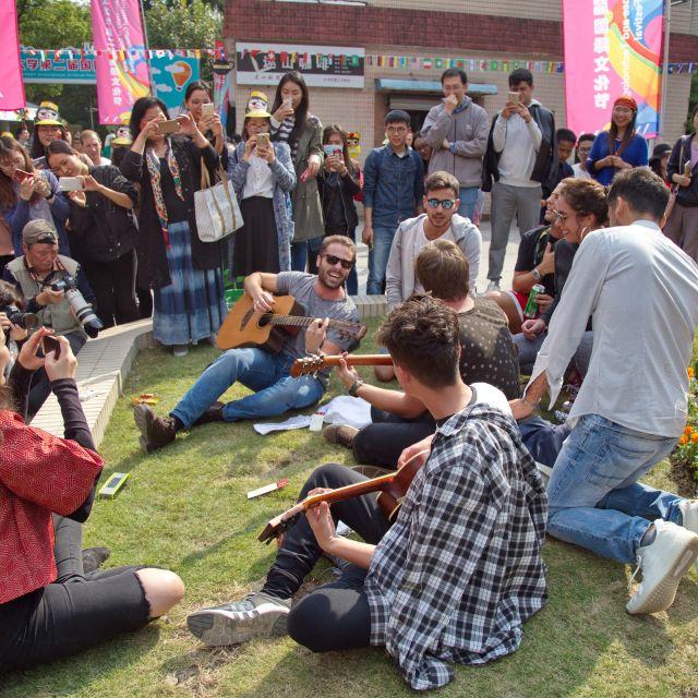 Italienische Studenten singen und spielen Gitarre