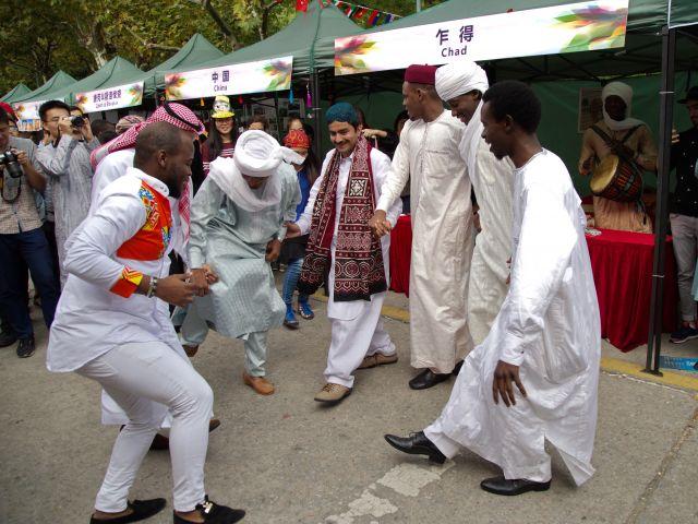 Afrikaner und Araber tanzen zusammen
