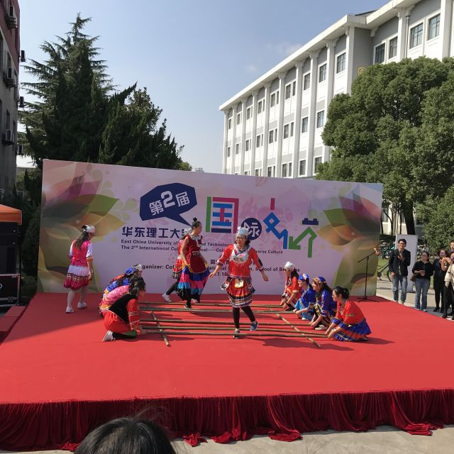 Asiatischer Tanz mit Bambustangen
