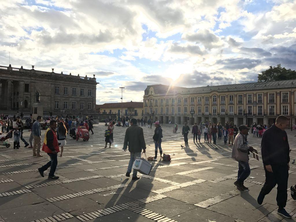 Viele Menschen tummeln sich auf den Plätzen von Bogotá