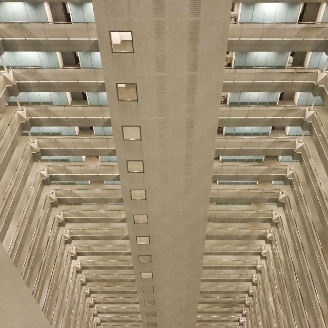 Hier waren wir in einem Hochhausgebäude mit ca. 45 Stockwerken. Unglaublich, ich konnte nicht mal alle Stockwerke abfotografieren. Meine Beine zitterten aber schon bei diesem Blick nach unten.