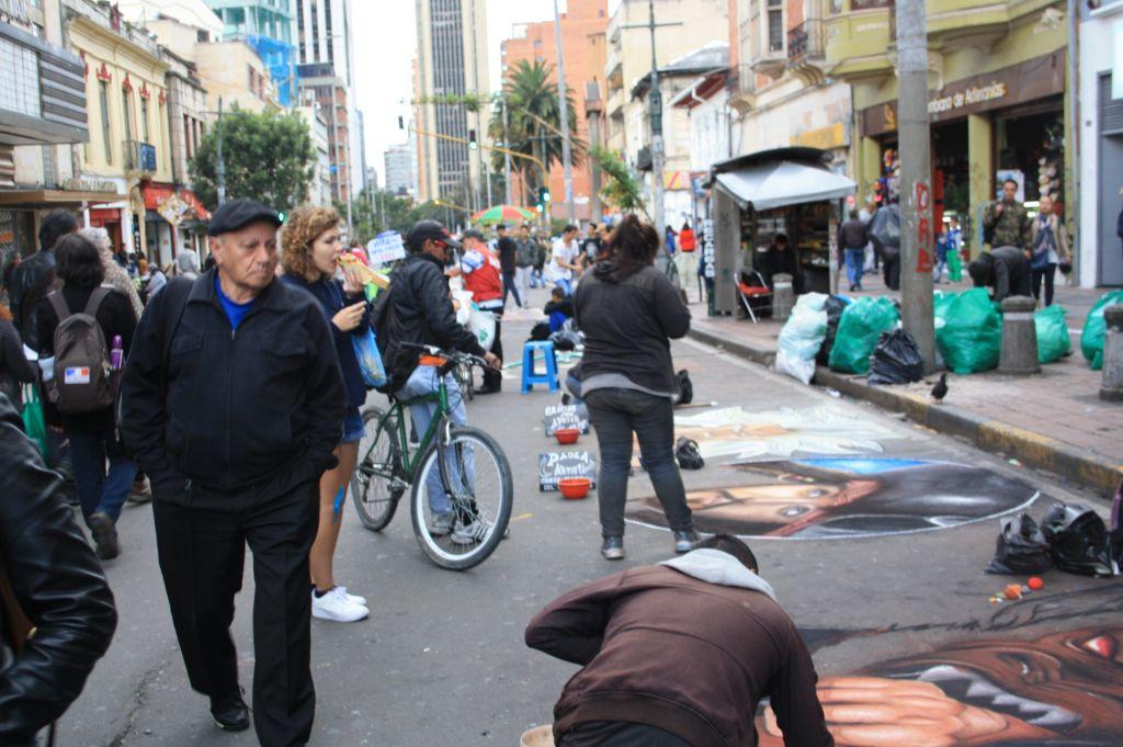 Auch die Straßen sind voll mit Spaziergängern und Künstlern