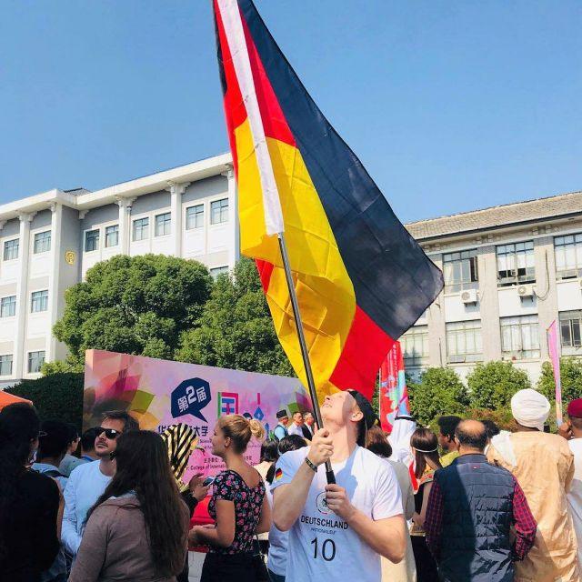 Mit riesiger Deutschlanflagge auf dem Internationalen Kulturfestival