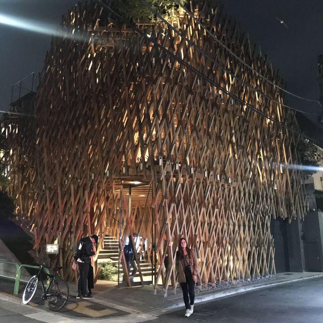 Hier ist das Projekt Sunny Hills von den Architekten Kengo Kuma. Wunderschönes Gebäude vor allem nachts! Zudem kann man eine gratis Teeprobe mitmachen! Eintritt ist auch gratis, lohnt sich!