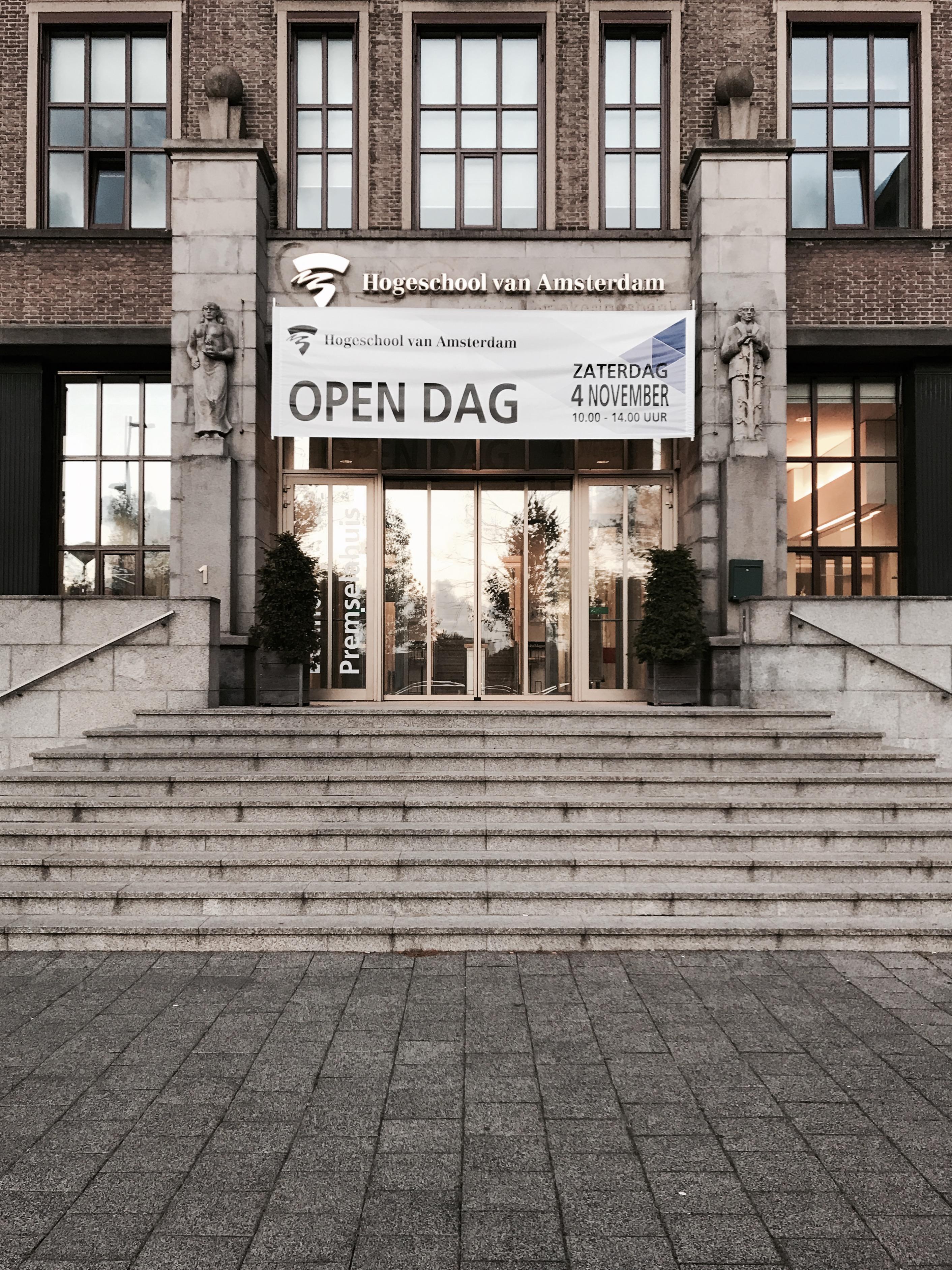 Der Eingang der Hogeschool van Amsterdam