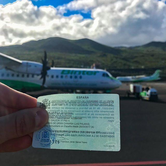 Ausweisdokument im Vordergrund, Flugzeug im Hintergrund