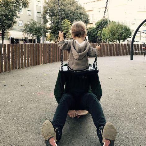 Kind auf Schaukel