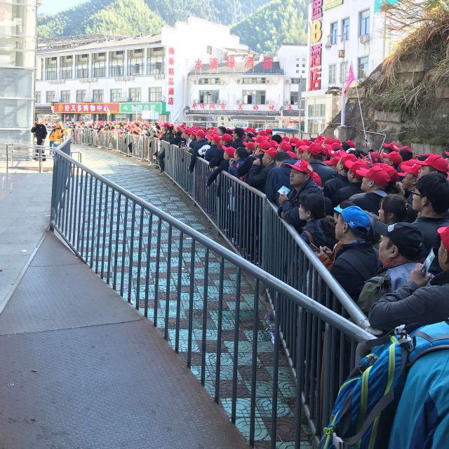 viele Chinesen in der Warteschlange zum Bustransfer